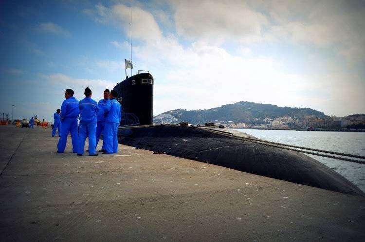El submarino, atracado en el muelle España esta mañana/ ANTONIO SEMPERE