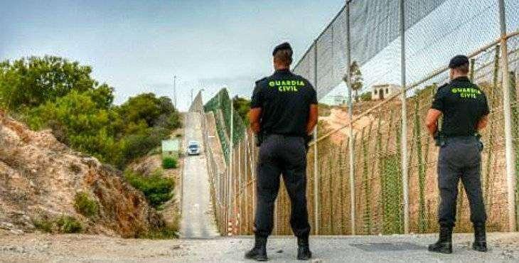 Dos guardias civiles en la valla fronteriza de Ceuta.